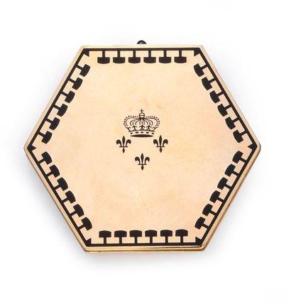 CARTIER Poudrier hexagonal en or 750°°, à décor de frise émaillée noire, au centre...