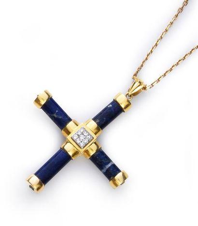 Croix pendentif en or 750°° et batônnets de sodalite, le centre pavé de diamants,...