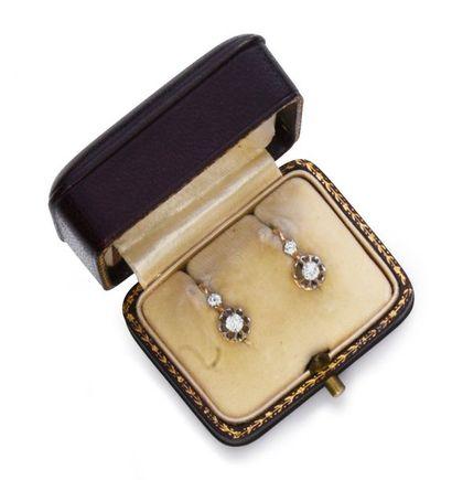 Paire de dormeuses en or 750°° et platine 850°°, ornées de diamants taille ancienne....