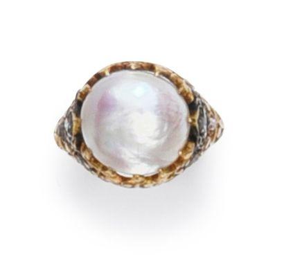 Bague en or 750°°, ornée d'une perle fine bouton (D.: 10,8 mm) La monture à décor...
