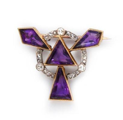 Broche de revers en or 585e et platine 850°° à motif d'améthystes triangulaires...