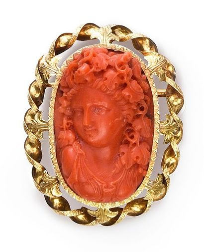 Broche en or 750°° décorée d'un camée corail...