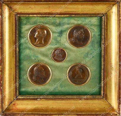 ENCADREMENT. Contenant cinq médailles commémoratives...