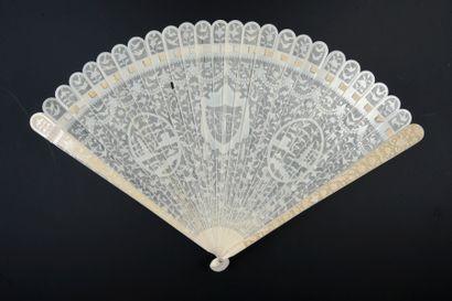 Fils d'ivoire, Chine, vers 1780-1800 Éventail de type brisé en ivoire* très finement...