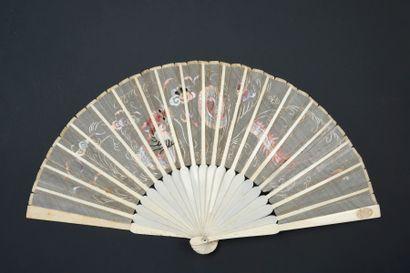 Dragon, Chine, début du XXe siècle Éventail plié, la feuille en soie crème brodée...