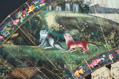 Le cheval blanc, Chine, XIXe siècle Éventail plié, la feuille double en papier peint...