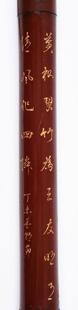 Étui, Chine, XIXe siècle De section circulaire, en bambou laqué rouge, gravé de...