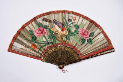 La musicienne, Chine, vers 1820 Éventail plié, la feuille double en papier peint...