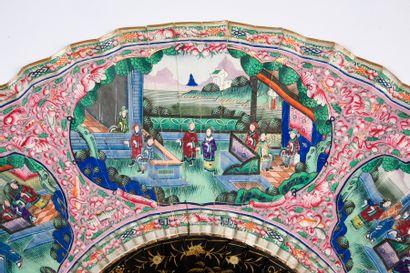 Pagode chinoise, Chine, XIXe siècle Grand éventail, la feuille double en papier...