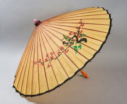 Deux ombrelles, Chine, XXe siècle Traditionnelles, en papier peint. Manche en bambou....