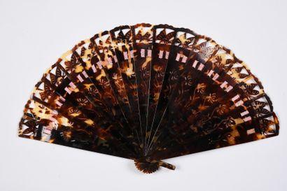 Papillons d'écaille, début du XXe siècle Éventail de type brisé en écaille brune**,...