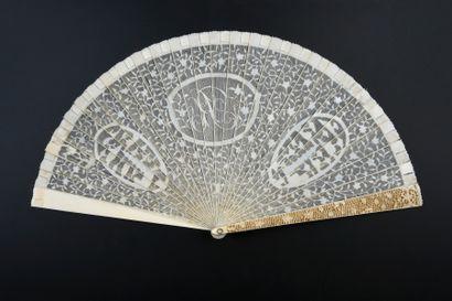 Au chiffre «R», Chine, vers 1800 Éventail de type brisé en ivoire* très finement...