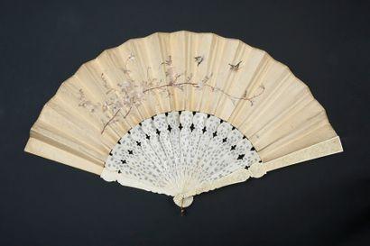Fleurs en broderie, Chine, XIXe siècle Éventail plié, la feuille double en soie...