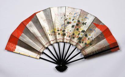 Iris et pivoines, Japon, XXe siècle Éventail, la feuille en papier imprimé et peint...