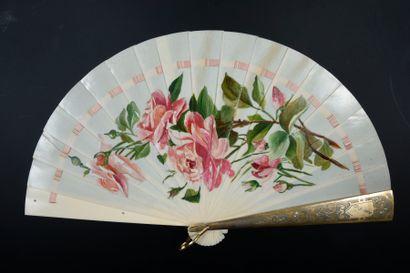 Les roses, vers 1900 Éventail de type brisé...