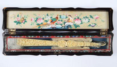 Le phénix et les grues, Chine, XIXe siècle Éventail plié, feuille double en soie...