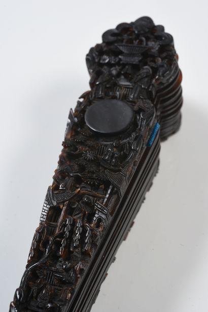 Rayons d'écaille, Chine, XIXe siècle Éventail de type brisé en écaille brune**....