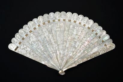 Scintillement de nacre, Chine, XIXe siècle Éventail de type brisé en nacre blanche...