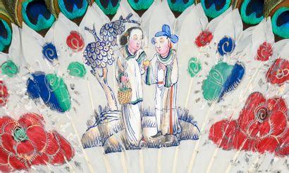 Couple dans un jardin, Chine, XIXe siècle Éventail, en plumes blanches peintes de...