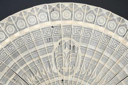 Décor de grecques, vers 1800 Petit éventail de type brisé en ivoire* repercé d'un...