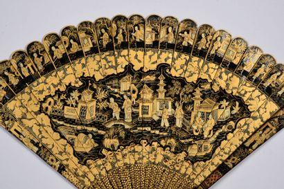 Pagodes sur les îles, Chine, XIXe siècle Grand éventail de type brisé en bambou...