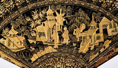 Pagodes au jardin, Chine, XIXe siècle Éventail de type brisé en bambou laqué noir...