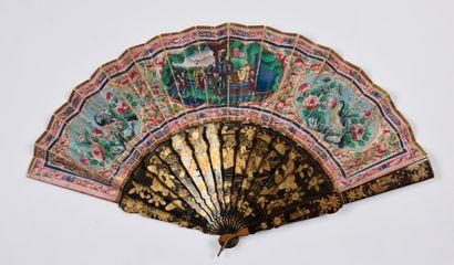 Le combat, Chine, XIXe siècle Éventail plié, la feuille double en papier peint sur...