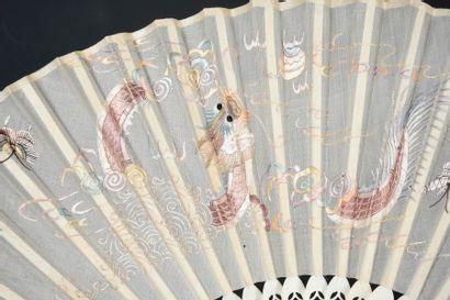 Dragon de Chine, Chine, XIXe siècle Éventail plié, la feuille en soie brodée en...