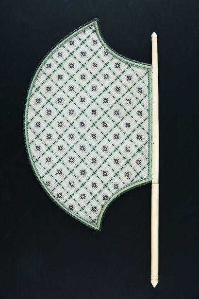 Tressage d'argent et d'ivoire, Inde, milieu du XIXe siècle Rare écran à main. Manche...