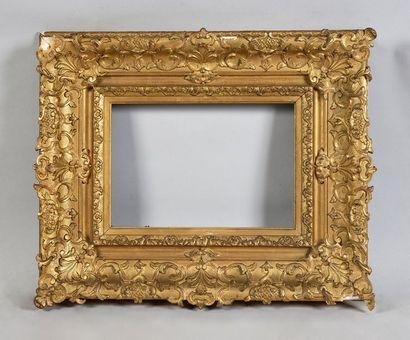Cadre en bois et stuc doré à décor Bérain,...