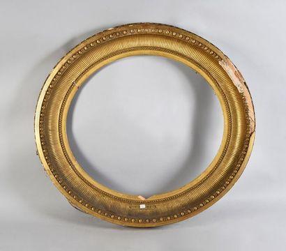 Grand cadre ovale en bois et stuc doré dit...