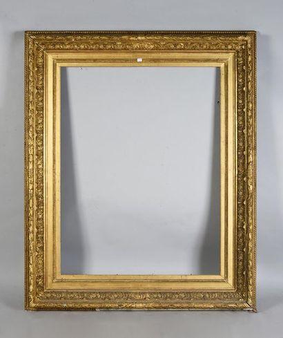 Large cadre en bois et stuc doré et bronziné...