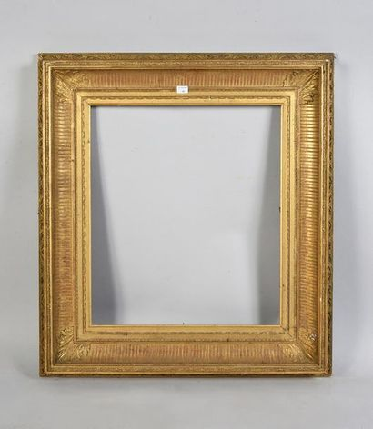 Cadre en bois et stuc doré dit «à canaux»....