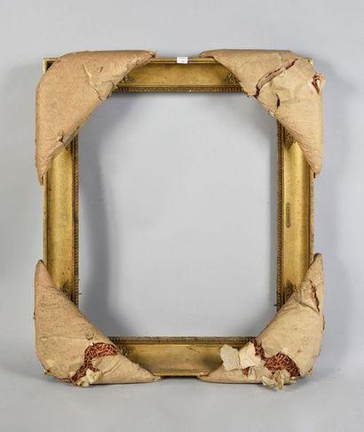 Cadre en bois et pate doré à décor de pampres...