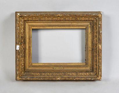 Cadre en bois et stuc doré dit Barbizon,...