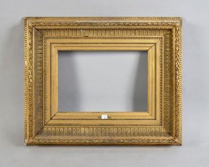 Beau cadre en bois et stuc doré à décor de...
