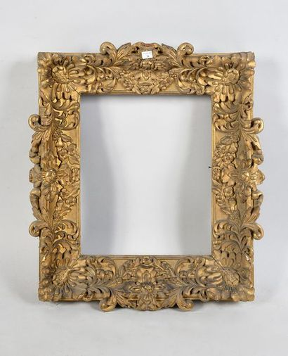 Cadre en bois sculpté et doré à décor Baroque....