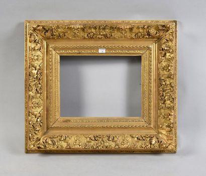 Cadre en bois et stuc doré de style Bérain....