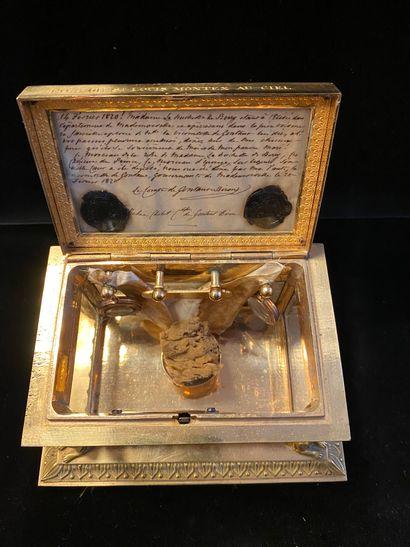 PRÉCIEUX RELIQUAIRE CONTENANT DES SOUVENIRS DU DUC DE BERRY. En bronze doré et de...