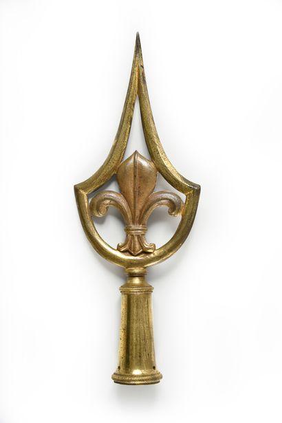 PIQUE D'ÉTENDARD. En bronze doré, à décor...