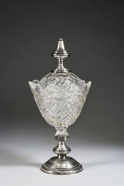 DRAGEOIR. En cristal, à décor de motifs étoilés, taille diamant, reposant sur un...