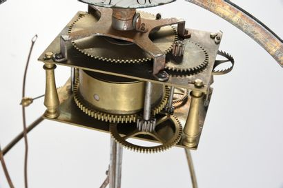 Vue extérieure de l'ensemble de la «machine» sur son pied Le globe qui comporte...