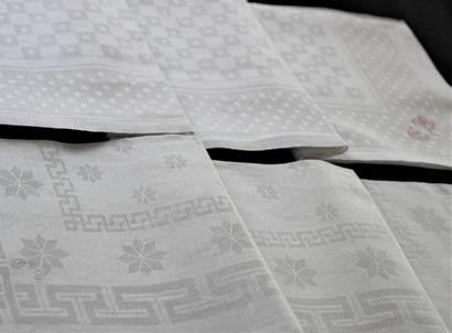 Deux suites de douze grandes serviettes en...
