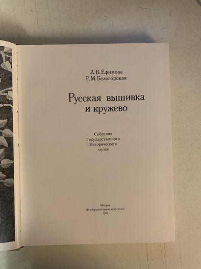 Dix ouvrages en diverses langues sur la dentelle...
