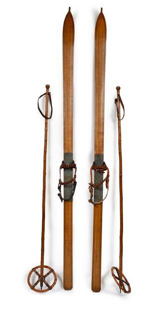 Paire de skis en bois avec fixations à platine...