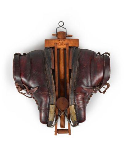 Paire de chaussures en cuir vers 1930, à...