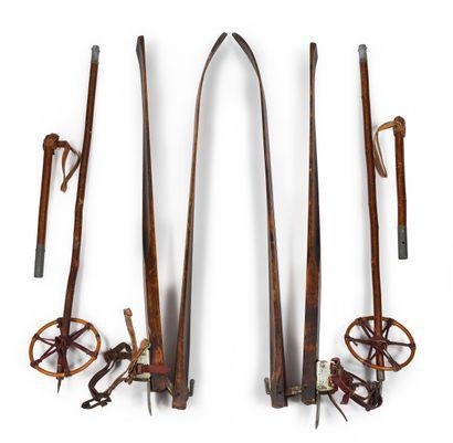 Paire de skis pliants en bois de l'armée,...