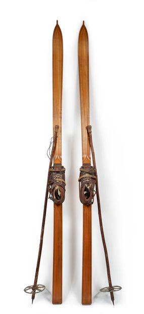 Ensemble comportant une paire de skis en...