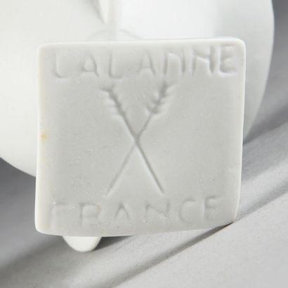 François-Xavier LALANNE (1927 - 2008) Deux coquetiers poule, vers 1990. Biscuit,...