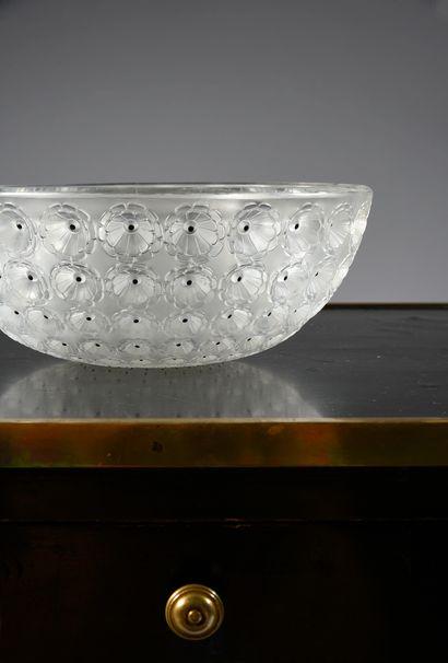 RENE LALIQUE (1860-1945) Coupe Nemours, modèle créé le 11 janvier 1929, verre blanc...